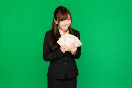 お金を稼いでやけている女性