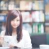 コーヒーを飲んで寛いでいる女性
