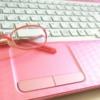 ピンクのパソコンと眼鏡