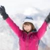雪山でばんざいしている女性