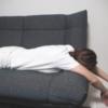 ぐた~っとソファでくたばっている女性