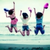 波打ち際で飛び跳ねている3人組