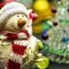 雪だるまのサンタさんとクリスマスツリー
