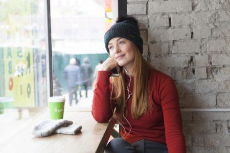 窓辺で休憩する女性