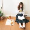 青汁を飲む読書女子
