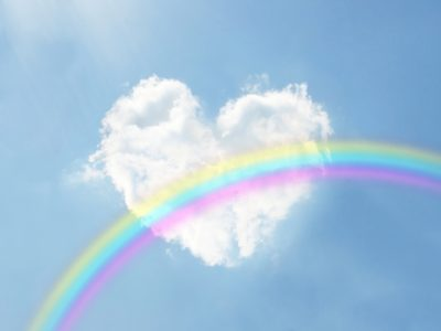 ハートの雲にかかった虹