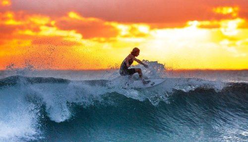 夕焼けのサーフィン