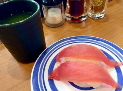 回転ずしのマグロと緑茶