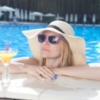 夏のプールを楽しむ女性