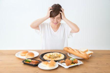 食事に関して迷っている女性